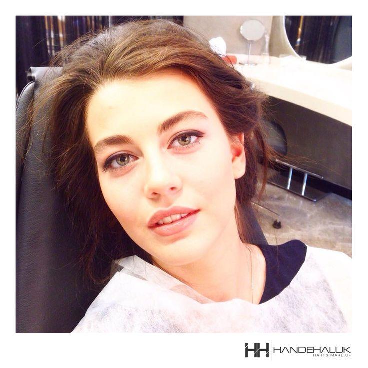 Hafif göz makyajı ve nude renkte bir ruj ile gün boyu doğal güzelliğinizden ödün vermeyin! #HandeHaluk #ulus #zorlu #zorluavm #zorlucenter #fashion #beauty #beautiful #style #stylish #love #like #good #mood #beautiful #makyaj #güzellik #kozmetik #eyeshadow #lipstick #makeup #cosmetic #foundation