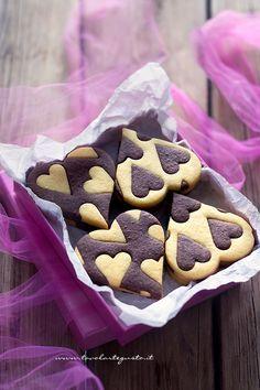 Scatola con Biscotti Vaniglia e Cacao -Ricetta Biscotti vaniglia e cacao (Cuori bicolore)