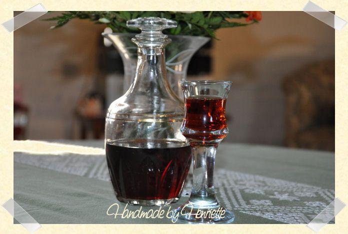 350 g solbær 280 g sukker 5 dl vodka Læg solbærene i et glas. Hæld sukker og vodka over. Glasset skal opbevares mørkt. Ryst glasset fo...