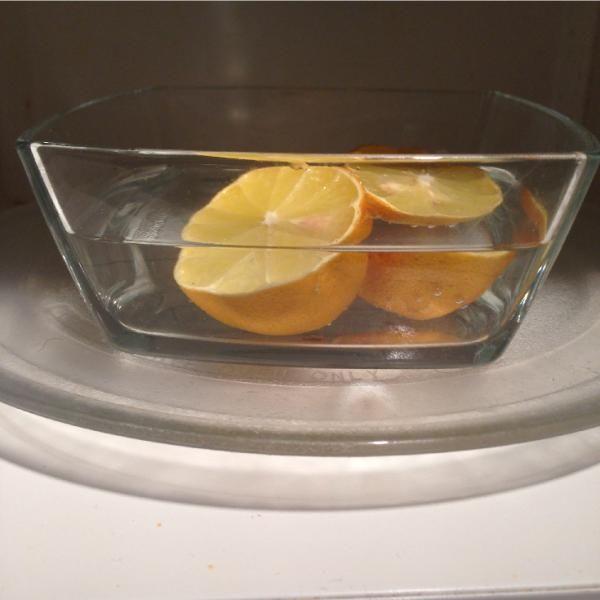 Verdreckte Mikrowelle mit Zitrone reinigen