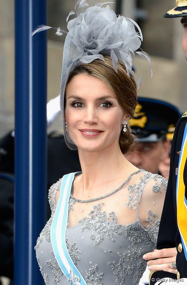 Como é tradição entre as famílias reais da Europa, Letizia adornou seu penteado com um exuberante fascinator para prestigiar a celebração da posse do Rei Guilherme Alexandre, da Holanda, em abril de 2013