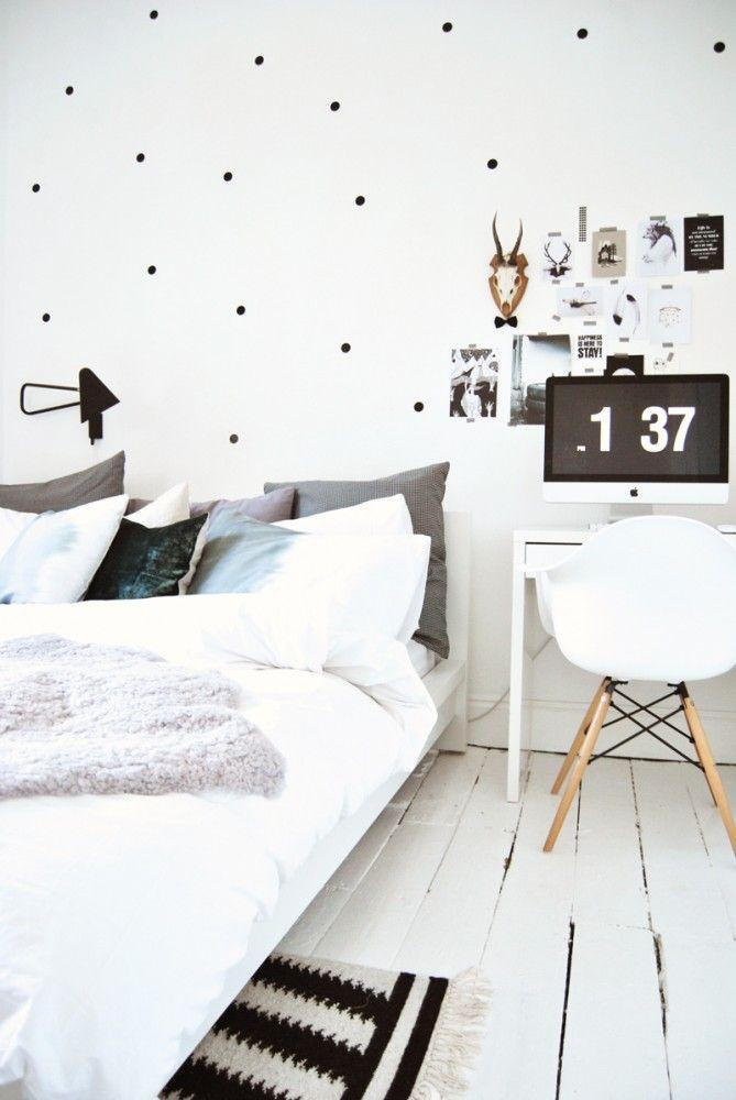 Mesa de escritorio de mesilla en dormitorio con mucho encanto