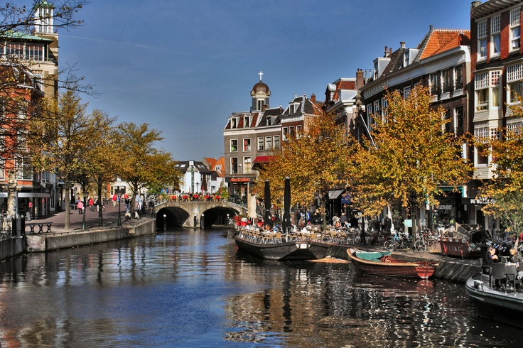 Leiden, the Netherlands, a sunny autumn day in the city. (by: harry eppink)