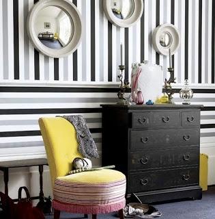 Salon avec un mur rayé noir & gris