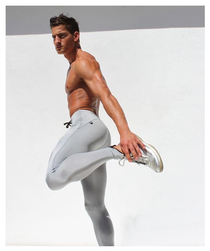 2. LEGGINGS o Pantalones ajustados.- Para nada, a pesar que puedan tener un físico espectacular, no es algo que las mujeres deseamos ver, resulta demasiado.