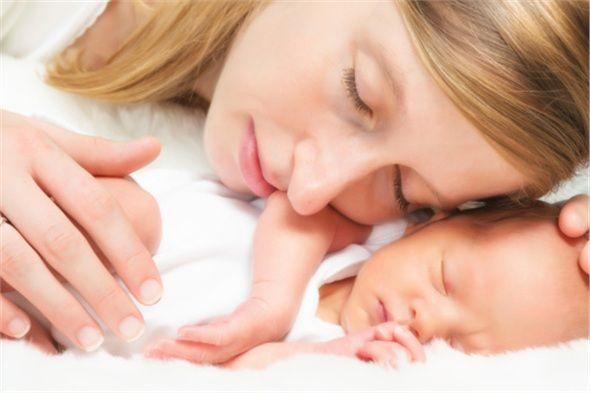 Gece emzirmesi süt oluşumunu artırır, annenin uykusunun daha kaliteli olmasını sağlar.