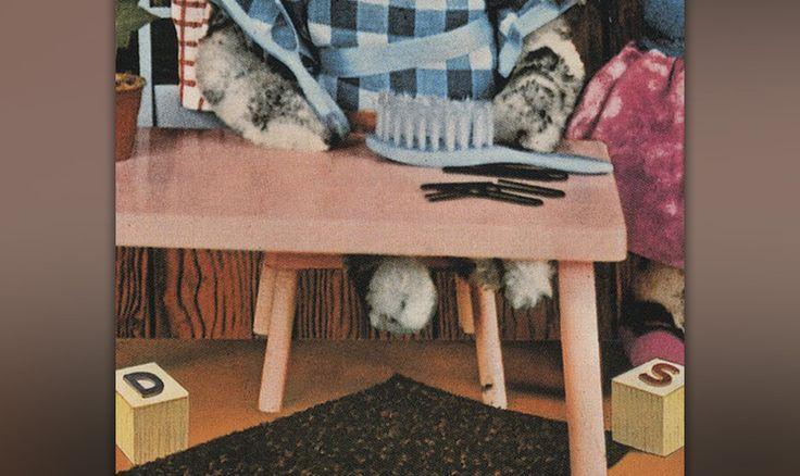 """Die unscheinbaren Spielklötzchen auf dem Boden ergeben zusammen mit dem Teppich (englisch: """"rug"""") eine ganz eindeutige """"Hidden Message"""": D + RUG + S = DRUGS."""