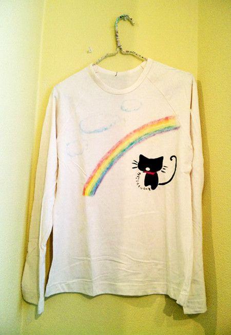 虹を見上げるのほほん黒猫の気持ちもきっと晴れ◎Lady's フリーサイズ 綿100%生成りステンシル画材と布用クレヨンで手描きした1点ものTシャツ洗...|ハンドメイド、手作り、手仕事品の通販・販売・購入ならCreema。