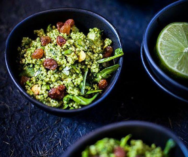 Taboulé de quinoa aux herbes fraîches et pistaches, de Martine Fallon : Mélangez 4 cs de quinoa précuit, 2 bols d'herbes fraîches coupées finement (persil, ciboulette, coriandre, menthe, basilic, roquette, ail des ours, cresson, feuilles de moutarde, kale,…), 4 cs de raisins secs, 5 cs de pistaches émondées et hachées grossièrement, 2 cs de zeste d'orange, 1 cc de sel marin, 4 cs de vinaigrette à la pistache diluée. Servir sur un fond de mayo (à l'avocat, noix de macadamia)