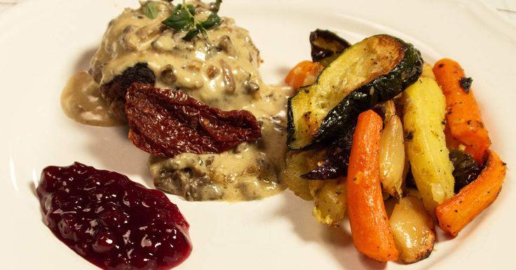Biffar på färs från vildsvin och älg med färgglada, rostade grönsaker och krämig svampsås.