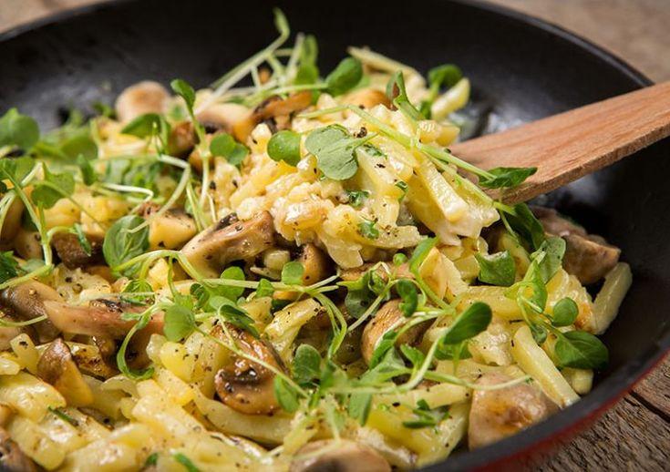 Tämän sienipannun pyöräytät nopeasti töitten jälkeen perheelle! Tarjoa rapean salatin kanssa! #cremebonjoursuomi #sienipannu #tuorejuusto #sieni www.cremebonjour.fi