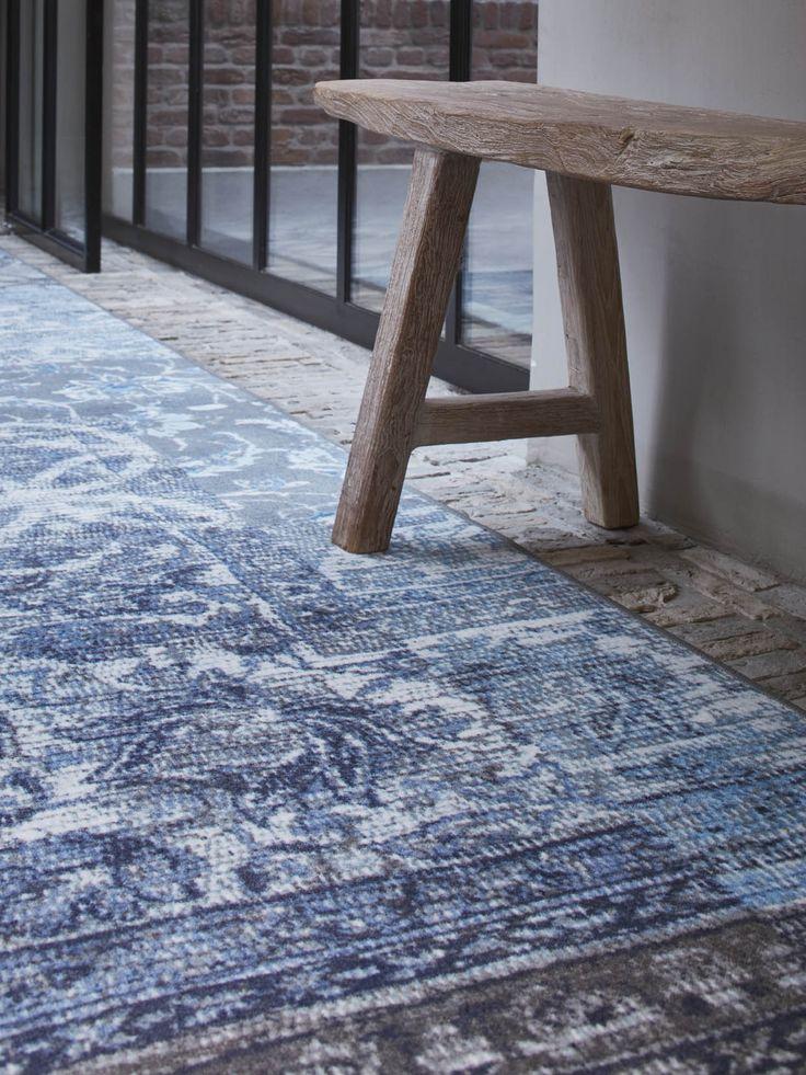 Stoere loper in de trendkleur Denim Blauw van Desso&Ex geeft sfeer in de hal.