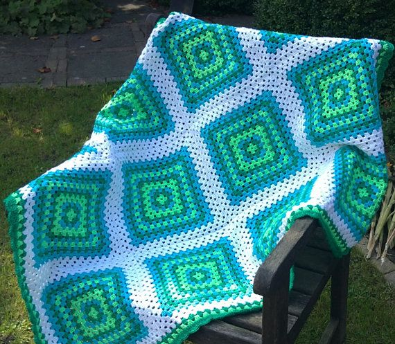 Esta manta está hecha en los colores blanco, turkois, luz verde y verde. Ideal para la cama de un niño. La manta mide 37 x 47 pulgadas (92 cm x 118 cm) y se hace del hilado de acrílico fino. Consiste en 12 cuadrados de la abuela. La manta tiene un borde de ganchillo festoneado. La manta es lavable en una temperatura baja.