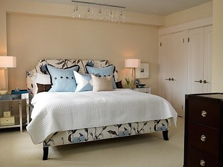 #Chambre de style #transitionnel avec #suspendu. / #Transitional #bedroom with #pendant.