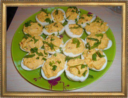 Яйца, фаршированные авокадо.