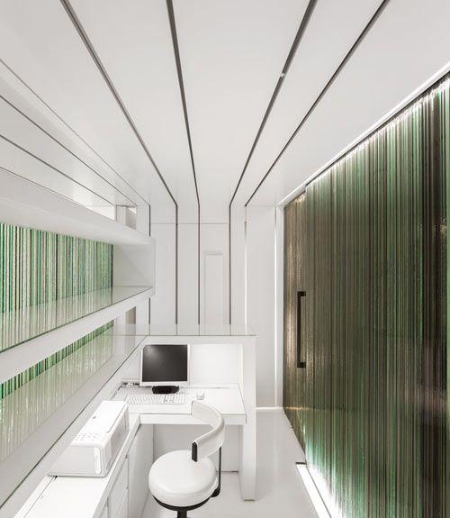 Esta clínica dental se encuentra en Torres Vedras, Portugal y está realizada por el estudio MMVA .           Paredes de vidrio reciclad...
