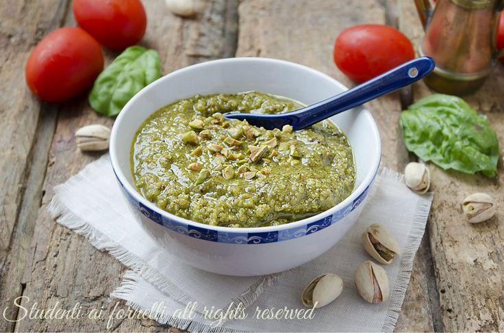 Pesto di pistacchi fatto in casa, un condimento per primi piatti facile e veloce, ottimo soprattutto con pasta fresca..