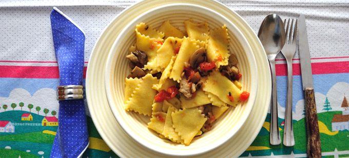 MALTAGLIATI Tipo di pasta tipico della tradizione culinaria dell'Emilia. Ricavati un tempo dagli avanzi della preparazione delle tagliatelle, per la precisione, della parte perimetrale della sfoglia, pertanto si tratta di pezzetti di pasta all'uovo che si distinguono per forma, dimensione e spessore. Generalmente serviti e degustati con una minestra di fagioli, i maltagliati possono trovare numerose ricette: con asparagi o ai fiori di zucca, con ceci o con pomodorini, con verdura o con…
