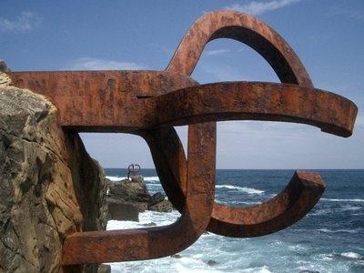 El Peine de los Vientos, de Eduardo Chillida, en la playa de la Concha, San Sebastián.