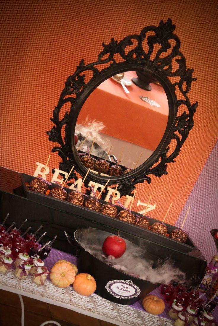 Esta era a área da Bruxa... usamos as cores laranja e roxo...   o espelho e o caldeirão com a poção mágica não podiam faltar   Enfeite de m...