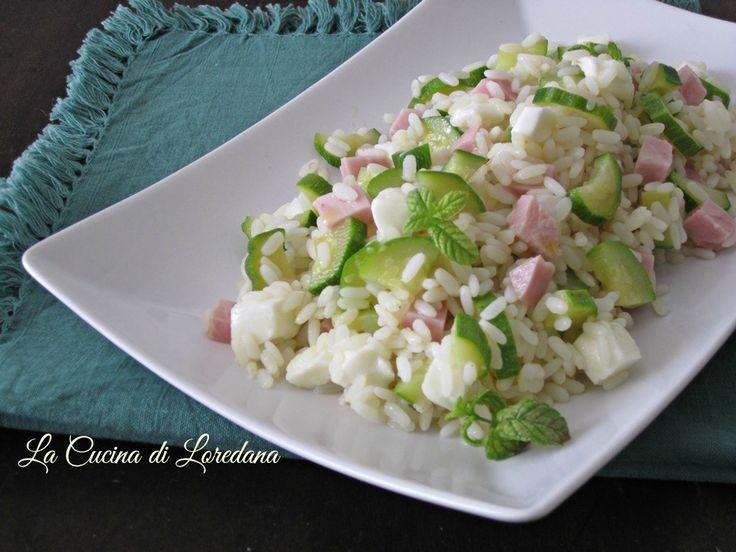 Una fresca e squisita idea da gustare a pranzo in queste calde giornate estive: Insalata di riso con zucchine e mozzarella, semplice e…