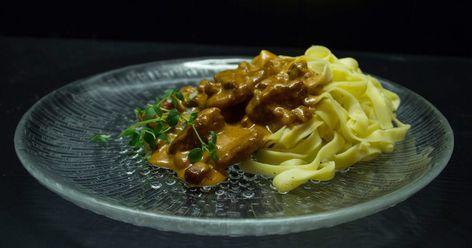 Gräddig fläskfilégryta med bacon och champinjoner, serveras med färsk pasta