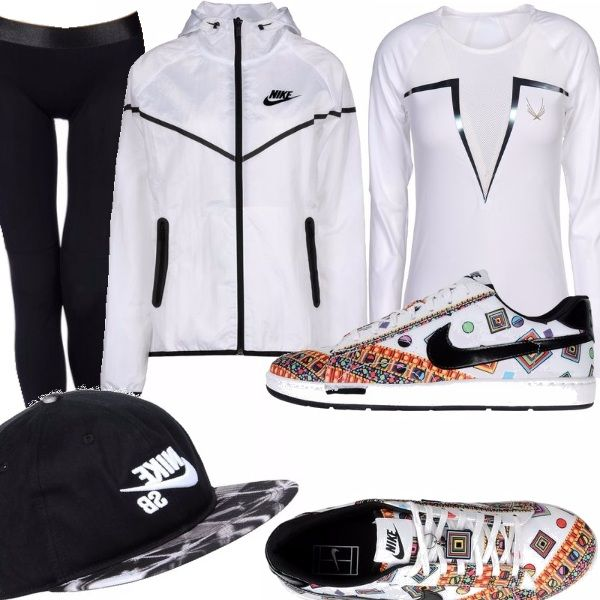 Leggings nero, maglia a maniche lunghe con trasparenza sullo scollo, giacca a vento con profili neri e logo, sneakers colorate, cappellino da baseball nero con logo.