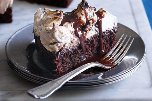 Σοκολατένιο κέικ με φουντούκια, σοκολατένια μαρέγκα και σιρόπι μερέντας. Μια μέτριας δυσκολίας συνταγή (από εδώ) για ένα υπέροχο γλύκισμα τριπλής σοκολάτας