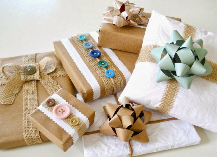 Geschenkverpackungen basteln - Packpapier dekorieren mit Knöpfen und Leinen