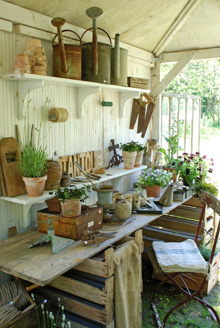Vita Ranunkler: Honning og Flora  Love Rikkes garden house and potting bench!