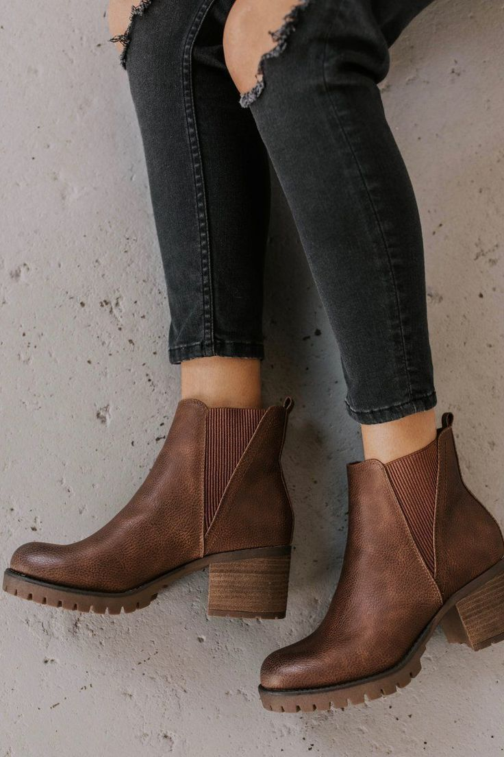 Ankle boot outfit ideas for women. Sweet chunky booties 2019 fashion trends