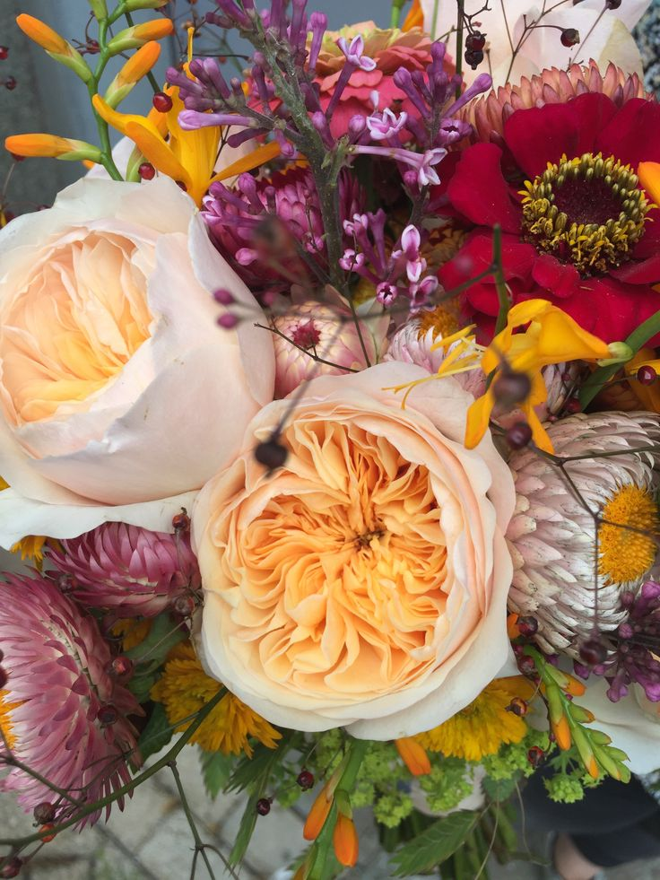 Close up Bridalbouqet Softtone Peach/Pink/Yellow Parfum Roses and Fieldflowers. www.meesterinbloemen.nl