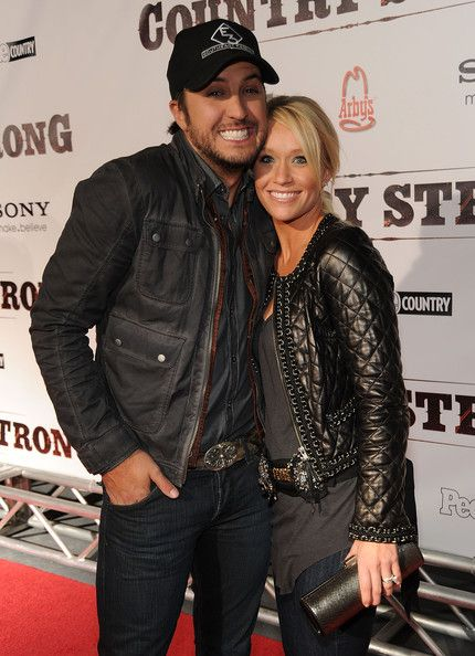 Luke Bryan ♥ and Caroline Bryan. again i shall say i wanna guy to take a pic with me like this! lol!