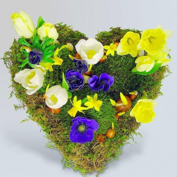 Сердце из мха и весенних цветов. Заказ цветов в Киеве. Цветочный интернет магазин Тюльпания