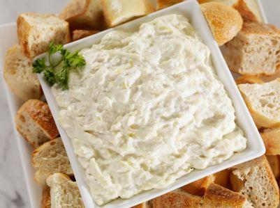 Un rico dip hecho con queso mozzarella, queso parmesano y albahaca.