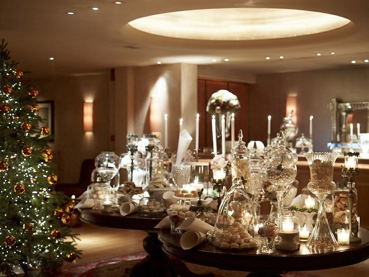 This welcome table is full of lavish details...a variety of sweets in crystal vases, beautiful candelabras, silver ornaments!It couldn't be more romanic!