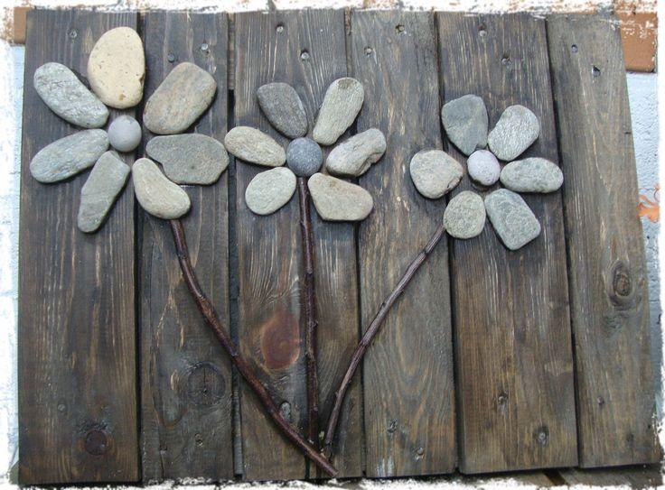 Leuk voor een saaie muur, allemaal steen bloemen.