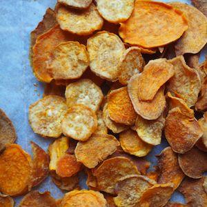 Leuk om zelf te maken: verse chips van zoete aardappel. Homemade uit oven of magnetron. Leuk recept om met kinderen te maken! http://dekinderkookshop.nl/recepten-voor-kinderen/chips-zoete-aardappel/