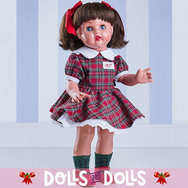 Aquí tenemos a #MariquitaPérez con un bonito conjunto verde escocés y unos adorables lacitos que decoran su pelo. Mariquita Pérez, la #muñeca que nunca pasa de moda. Quizás ahora sea un buen momento para regalársela a esa persona tan especial. Recuerda, nuestros envíos a la península llegan en 24/48 horas. #Dolls #Colección #MuñecasDeColeccion #FabricadasEnEspaña #DollsMadeinSpain