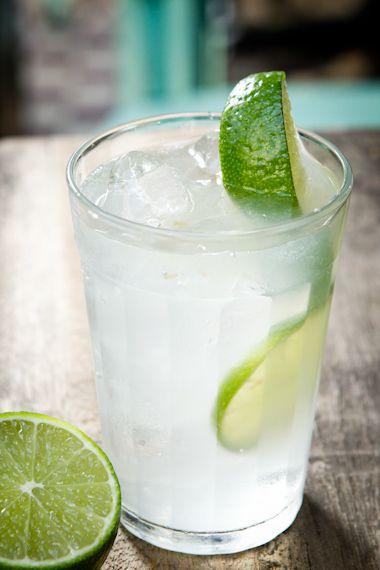 Aprenda a fazer 15 drinques com a mais brasileira das bebidas, a cachaça.