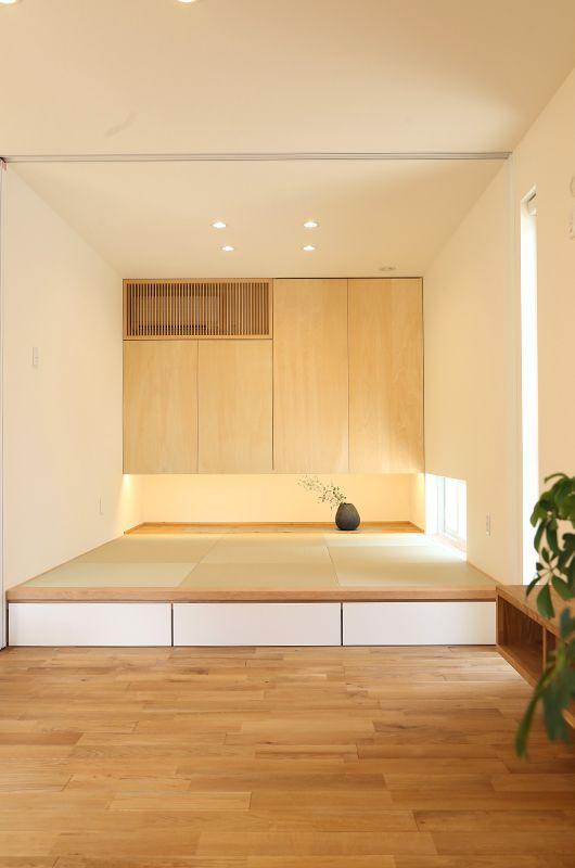 収納を吊り上げることで、4.5畳の空間をより広く見せることができる。また、段差を利用して収納も確保。