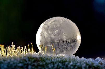 No, no es la luna .. es una burbuja congelada. Con el frío extremo en el norte de EE.UU. y Canadá, soplando burbujas tiene resultado...