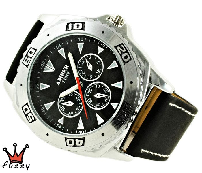 Ανδρικό ρολόι σε μαύρο χρώμα με ασημένιες λεπτομέρειες στο καντράν. Λουράκι σε μαύρο χρώμα από δερματίνη με λευκές ραφές. Διάμετρος καντράν 50 mm.