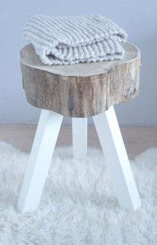 Boomstamkrukje met witte pootjes, heel sfeervol in ieder interieur kijk voor meer unieke handgemaakte meubels op onze webshop jsd-woods