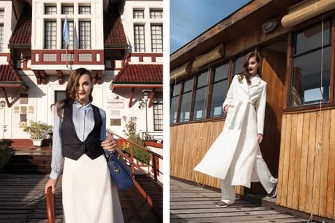 Moda navy para el invierno  Izq.: chaleco (Divina Bolivia, $1600), camisa (Ayres, $2200), falda (Cher), baúl de mano (Prüne, $2500). Der.: tapado (Basement, $3000), camisa (yagmour, $800), pantalón (Portsaid, $900), zapatillas tejidas (Hush Puppies, $1500). Foto:Joe Bonomo. Producción de Cin Palacio