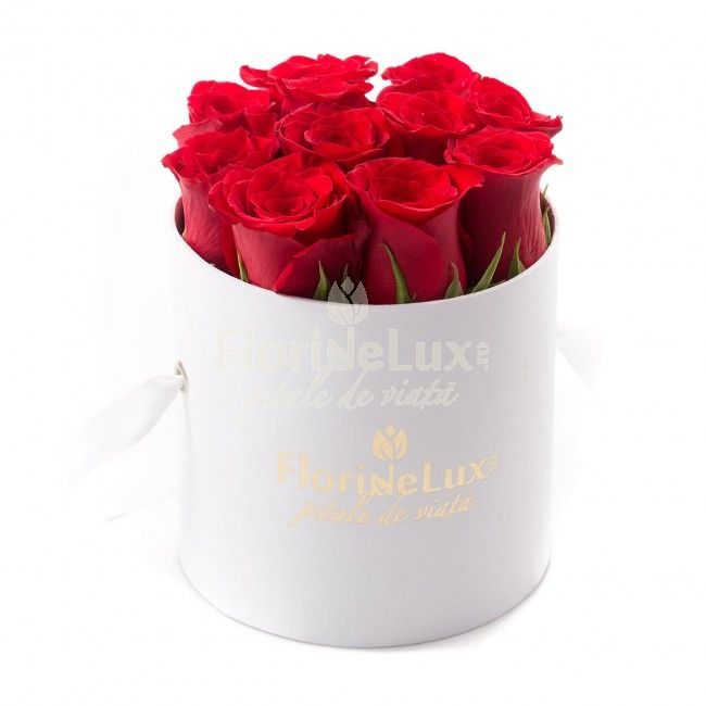 Cutie cu trandafiri rosii   FlorideLux.ro https://www.floridelux.ro/un-gest-romantic-si-elegant.html