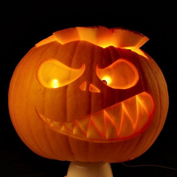 Werkzeuge zum Kürbis-Schnitzen: Zum Schnitzen von Kürbissen zu Halloween gibt es diese speziellen Messer im Set.