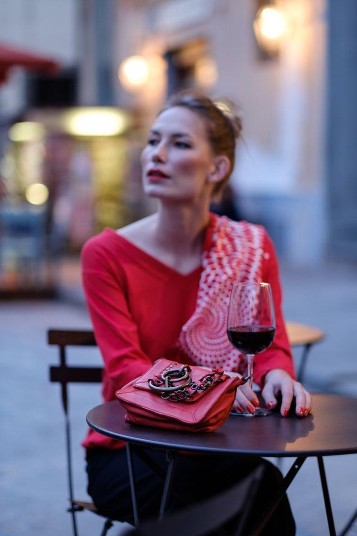 Donna con calice di vino e borsa sul tavolo.  #resinastyle #bag #bags #daybag #fashion #borse #model #luxurybag #fashionable #handbag #fashionaddict #leather #handmade #fairtrade http://www.resinastyle.com/adrenaline/