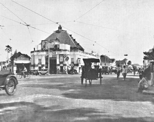 De straat Toendjoengan bij Toko Nam in Soerabaja 1920-1930.