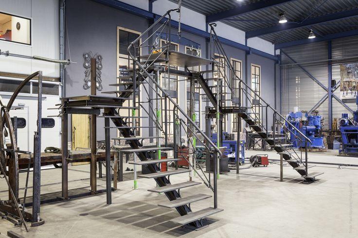 Gesmede ijzeren trap, op maat gemaakt. En geplaatst op locatie. Smederij gevestigd in Soest. Zie ook www.tupker.nl
